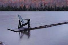 Стул Adirondack на поплавке озера стоковые фотографии rf