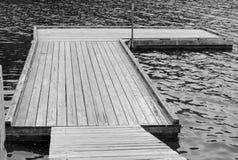стыковка плавая старое деревянное Стоковое фото RF