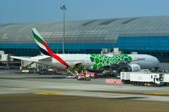 Стыковка самолета в аэропорте Дубай стоковое фото