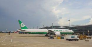 Стыковка самолета Eva Air на авиапорте в Сайгоне, Вьетнаме Стоковая Фотография