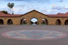 Стэнфорд, Калифорния - 19-ое марта 2018: Главный квад Стэнфордского университета, Калифорнии, США Стоковые Фотографии RF