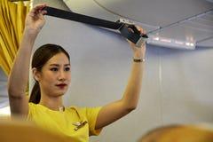 Стюардесса демонстрирует процедуры для обеспечения безопасности стоковое фото