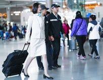 Стюардесса Korean Air азиата в международном аэропорте внутри Стоковое Фото
