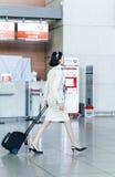 Стюардесса Korean Air азиата на международном аэропорте внутри Стоковая Фотография