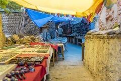 Сувенирные магазины Ladakhi стороны улицы стоковое фото