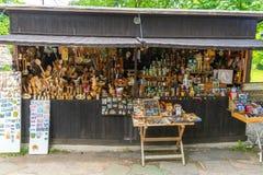 Сувенирный магазин на входе к монастырю Sokolinsky в Болгарии Стоковые Фото
