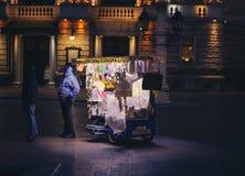 Сувенирный магазин улицы стоковые изображения