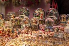 Сувениры глобусов снега рождества на стойле рынка пришествия, конце вверх стоковое фото