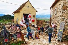 Сувениры глохнут в старой цитадели Трансильвании Румынии Râşnov деревни стоковое изображение