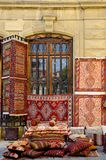 Сувениры и старые вещи на полках Баку стоковое фото rf