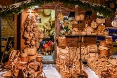 Сувениры корзины соломы в Риге, Латвии во время ночи рождества стоковые фото
