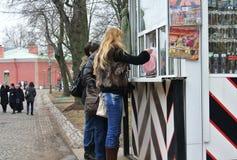 Сувениры покупки туристов в сувенирном магазине Стоковые Фотографии RF