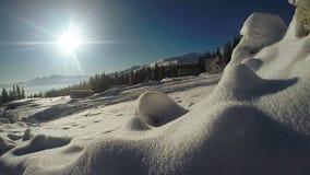 Сугробы снега в горном селе акции видеоматериалы