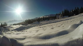 Сугробы снега в горном селе сток-видео
