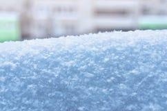 Сугроб со снежинками на запачканной предпосылке жилого дома Сезон зимы, прогноз погоды, изображение изменения климата стоковые фото