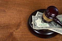 Судебный молоток на деньгах стоковая фотография rf