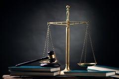 Судите молоток, масштаб, и книги на таблице Стоковые Изображения RF