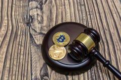 Судите молоток с секретной валютой на деревянной предпосылке Стоковые Изображения