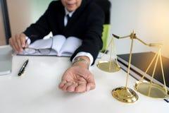 Судите молоток с юристами истцом правосудия или встречей подсудимого стоковые фотографии rf
