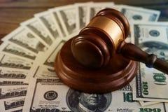 Судите молоток ` s, счеты американских долларов на предпосылке деревянного стола стоковое изображение