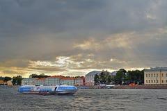 Судно на подводных крыльях корабля плавает на реку Neva на предпосылке  Стоковое Фото