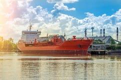 Судно-сухогруз в порте Загрузка корабля в порте, перевозя на грузовиках Стоковая Фотография