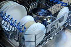 Судомойка для блюд и столового прибора сохраняет время и деньги и dishwashing теперь удовольствие и не обязательство Стоковое фото RF