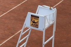 Судья на вышке стула тенниса стоковая фотография