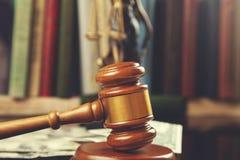 Судья на деньгах с книгой стоковое изображение