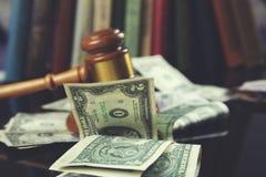 Судья на деньгах стоковые фото
