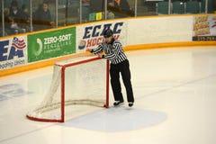 Судья-рефери проверяя строб в игре хоккея NCAA Стоковое Фото