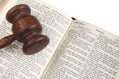 судья gavel библии Стоковые Изображения