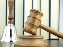 судья s руки gavel колокола Стоковая Фотография