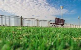 Суд в небе Clous предпосылки травы зеленого цвета парка голубом стоковое фото