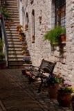 Суд и цветки в старом городке Assisi, Умбрии, Италии стоковое фото