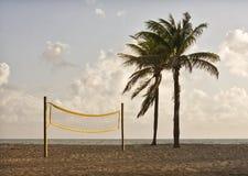 суд пляжа играя волейбол Стоковое Фото