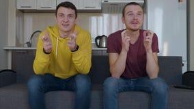 2 суеверных вентилятора молят для победы их любимой футбольной команды видеоматериал