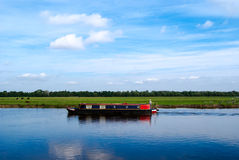 Сужайте шлюпку на спокойном реке стоковое фото rf