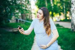 Сужения чувства беременной женщины вызывая для помощи стоковое изображение rf