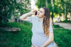 Сужения чувства беременной женщины вызывая для помощи стоковое изображение