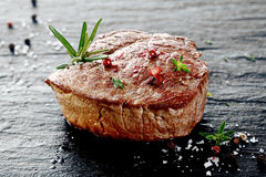 Суккулентный толстый зажаренный стейк говядины Стоковые Изображения RF
