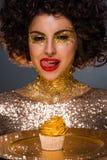 Сумасбродная дама окруженная роскошью Стоковые Фото
