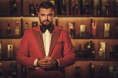 Сумасбродный стильный человек в клубе джентльмена Стоковое Изображение RF