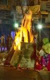 сумасшедшие улицы Дели во время торжества Holi огромные костры выпрямляют в улицах люди идут близко к огню и жаре стоковая фотография rf