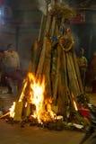 сумасшедшие улицы Дели во время торжества Holi огромные костры выпрямляют в улицах провода ожога и сильная жара стоковое изображение rf