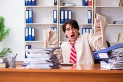 Сумасшедший молодой человек в смирительной рубашке на офисе стоковое изображение