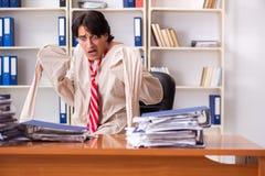 Сумасшедший молодой человек в смирительной рубашке на офисе стоковые изображения