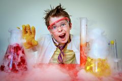 Сумасшедший ученый выполняя эксперименты в лаборатории стоковое изображение