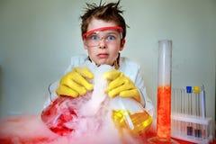 Сумасшедший ученый выполняя эксперименты в лаборатории стоковая фотография rf