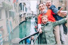 Сумашедше счастливая семья принимает фото selfie на одном из моста в Венеции Перемещение вокруг wolrd с изображением концепции де стоковое фото rf